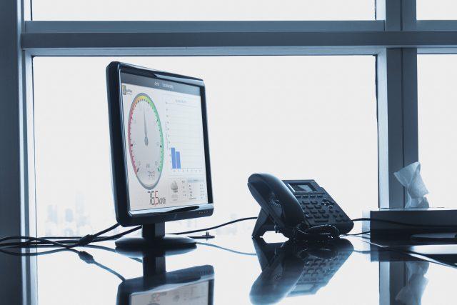 Computer på kontor med eviShine-brugerflade